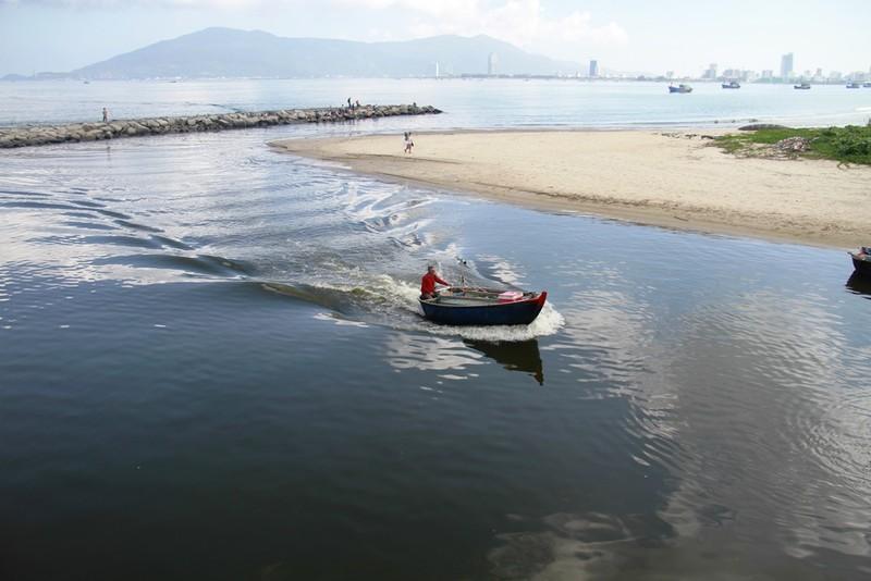 Nước biển đen ngòm, bốc mùi hôi thối trên vịnh Đà Nẵng - ảnh 2