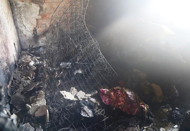 Hi hữu: Nhà này cháy, phá nhầm cửa nhà kia để... cứu hỏa - ảnh 1