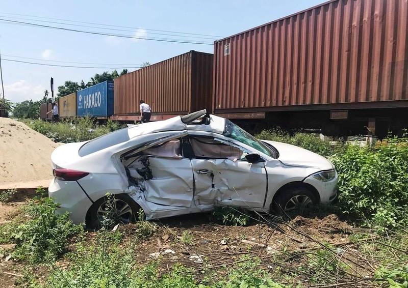 Tàu hỏa hất văng ô tô 4 chỗ, 3 người bị thương nặng - ảnh 1