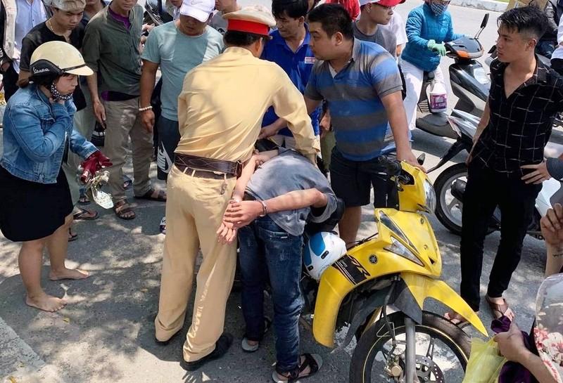CSGT đuổi hơn 3 km bắt 2 thiếu niên giật điện thoại - ảnh 1