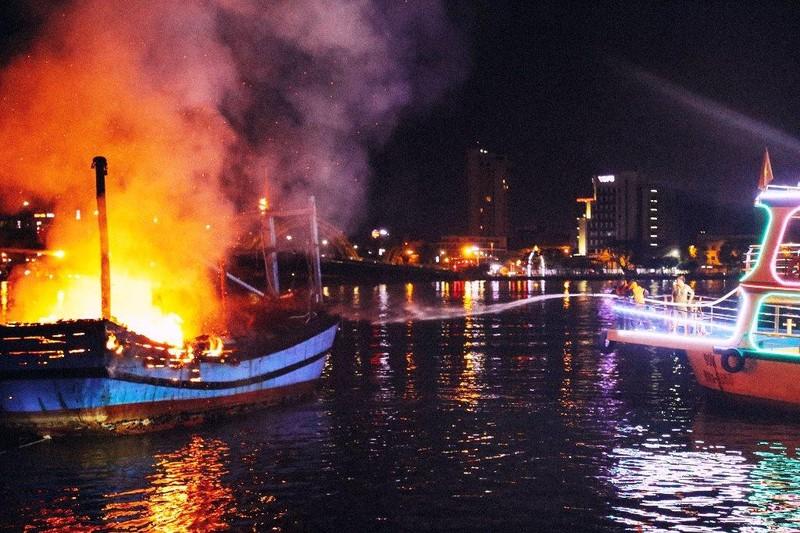Tàu cá đậu trên sông Hàn bị thiêu rụi trong đêm - ảnh 3