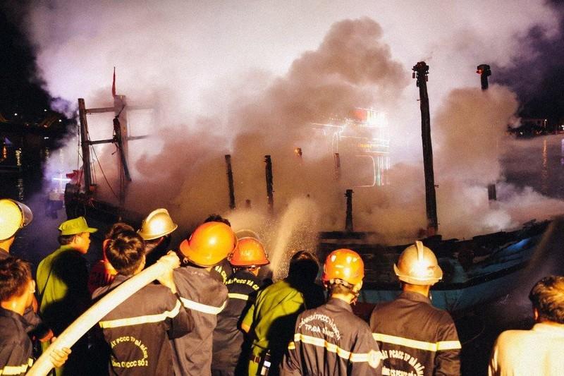 Tàu cá đậu trên sông Hàn bị thiêu rụi trong đêm - ảnh 2