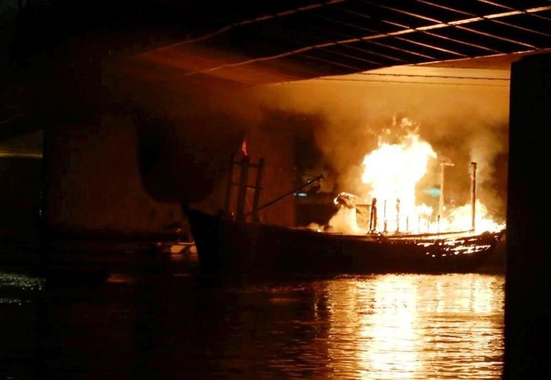 Tàu cá đậu trên sông Hàn bị thiêu rụi trong đêm - ảnh 1