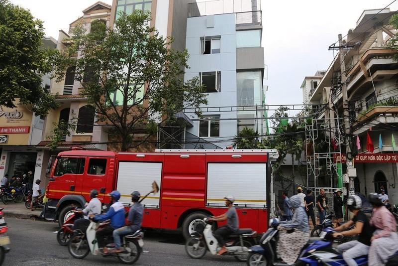Giàn giáo chạm vào đường dây điện, hai công nhân bỏng nặng - ảnh 2