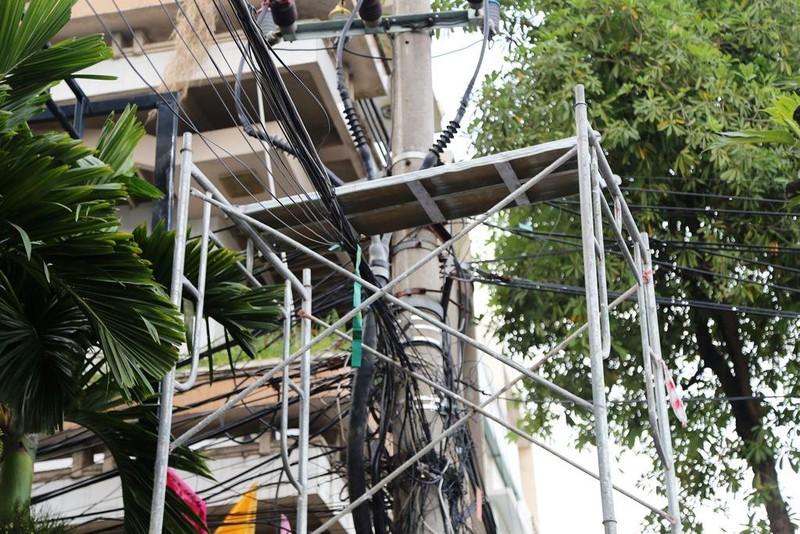Giàn giáo chạm vào đường dây điện, hai công nhân bỏng nặng - ảnh 3