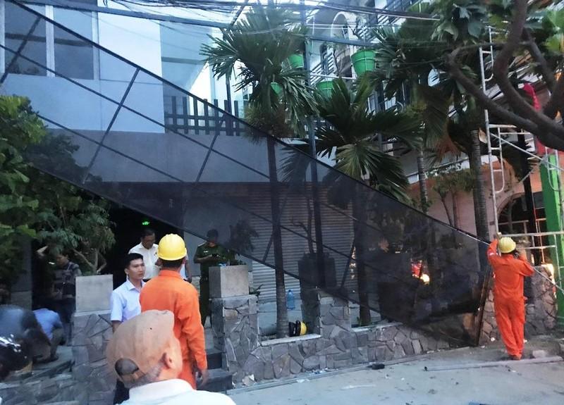 Giàn giáo chạm vào đường dây điện, hai công nhân bỏng nặng - ảnh 1