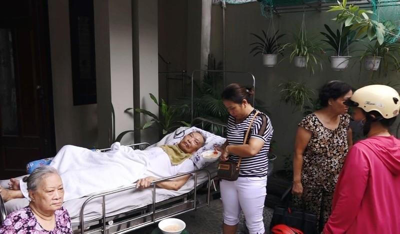 Cháy nhà, dân  Đà Nẵng lao vào cứu cụ ông bị liệt - ảnh 2
