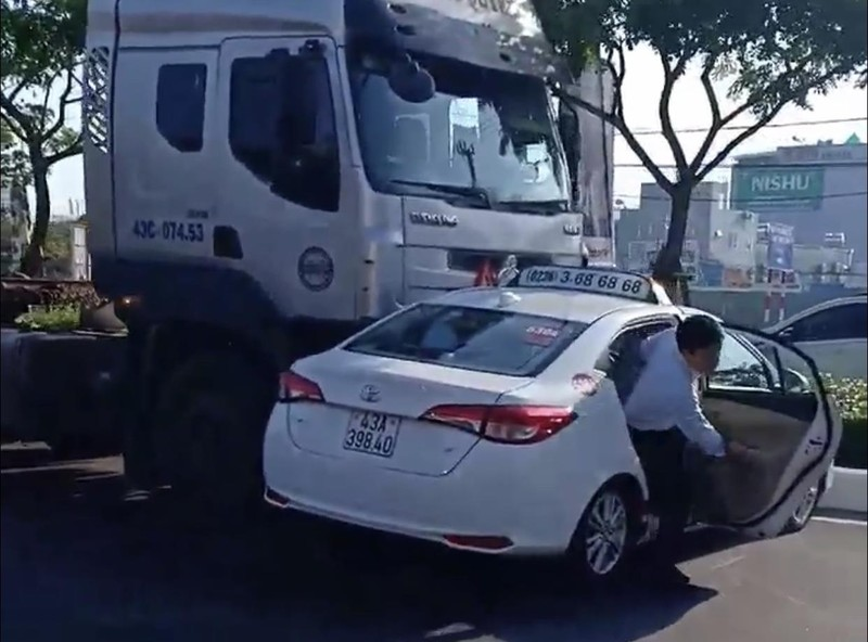 Xe container đẩy taxi đi hơn 100 m, hành khách hoảng hốt - ảnh 2
