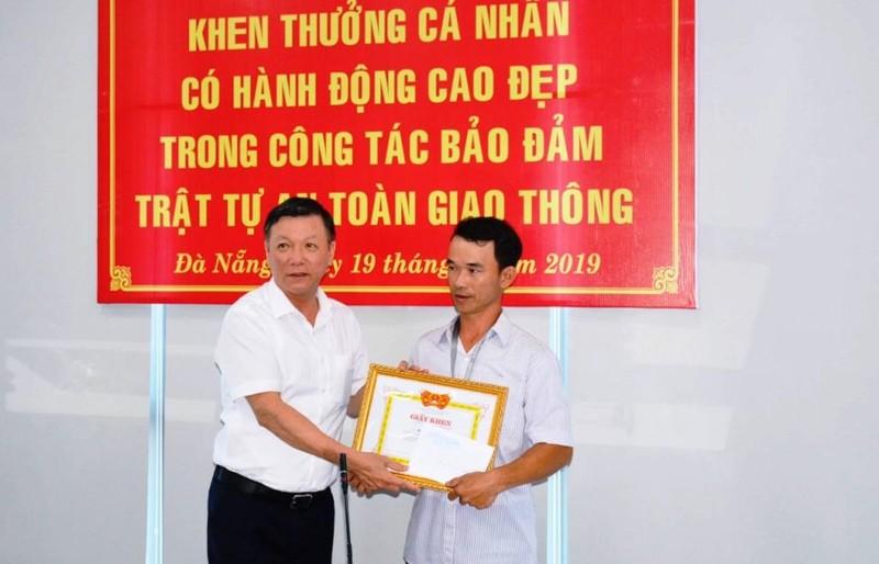 Khen thưởng người đục cục bê tông trên đường ở Đà Nẵng - ảnh 1