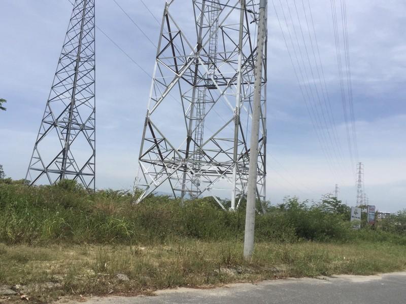 Nam thanh niên leo cột điện cao thế ở Đà Nẵng - ảnh 1