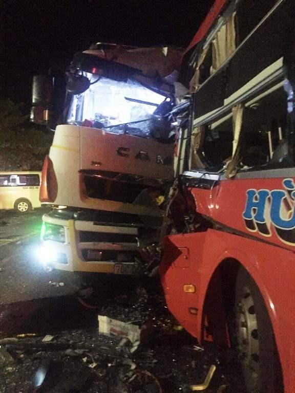 Xe khách đối đầu xe tải ở Đà Nẵng, 13 người thương vong  - ảnh 1