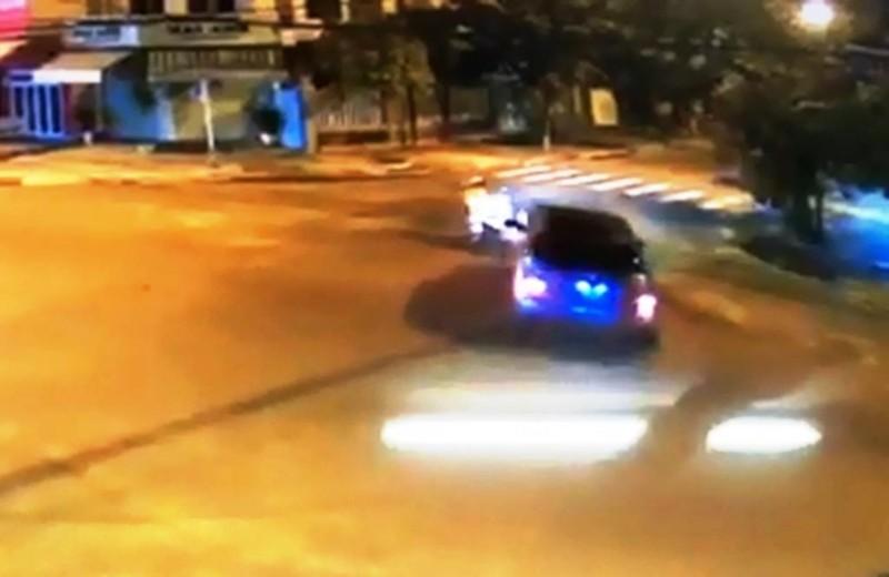 Tài xế lái Mercedes chạy vòng tròn ở ngã tư bị phạt 41 triệu  - ảnh 1