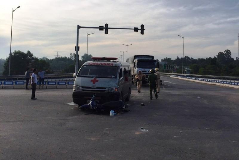 Xe chở quan tài húc văng 2 người đi xe máy ở Đà Nẵng - ảnh 1