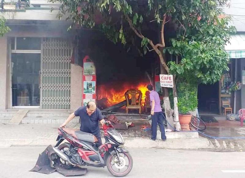 Vừa về đến, chủ chứng kiến nhà mình bốc cháy ngùn ngụt - ảnh 1