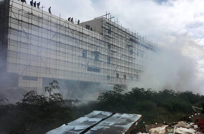Cháy bãi tập kết phế liệu uy hiếp công trình khách sạn 5 sao - ảnh 1