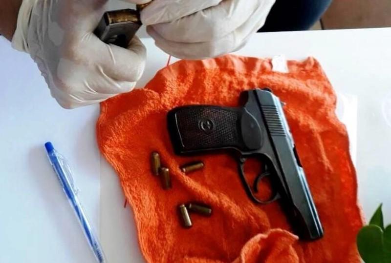 Nhóm nam nữ mang theo súng vào khách sạn chơi ma túy - ảnh 2