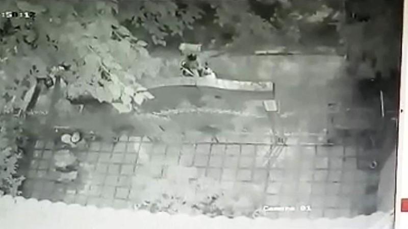 Camera ghi cảnh người đàn ông trộm hòm công đức ở Đà Nẵng - ảnh 2