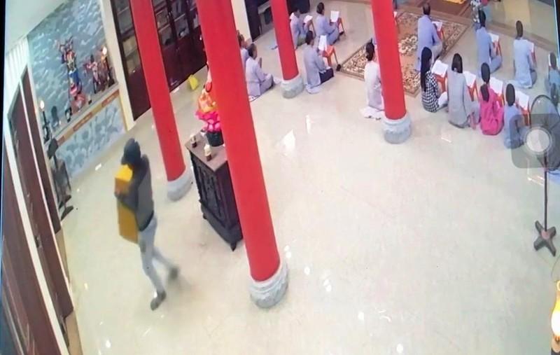 Camera ghi cảnh người đàn ông trộm hòm công đức ở Đà Nẵng - ảnh 1