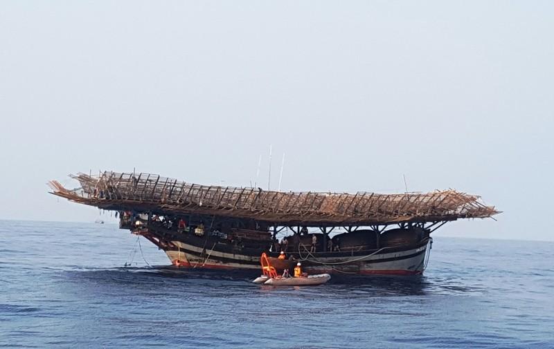 9 người bám phao sống sót khi tàu chìm ở vùng biển Hoàng Sa - ảnh 1