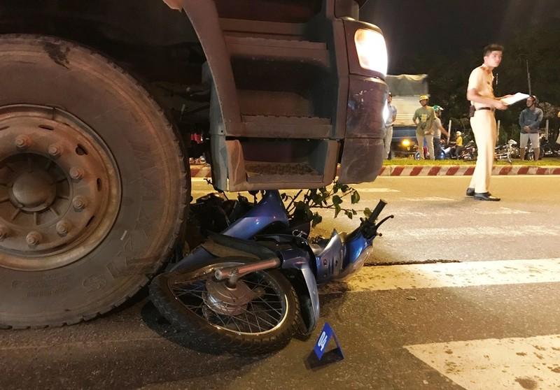 Quay đầu xe máy, người đàn ông bị ô tô tải cán tử vong - ảnh 2