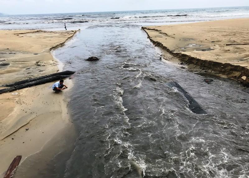 Công trình thu gom chậm tiến độ, nước thải lại tuồn ra biển - ảnh 3