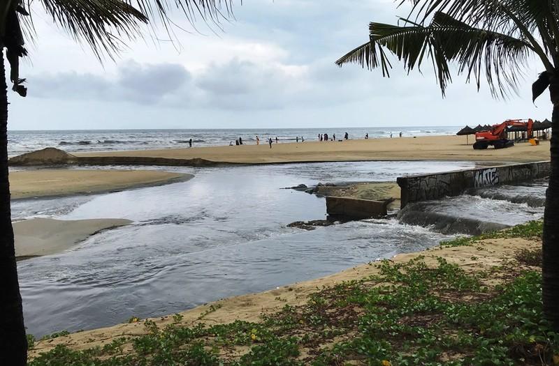 Công trình thu gom chậm tiến độ, nước thải lại tuồn ra biển - ảnh 4