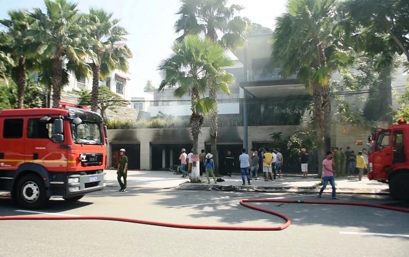 Cháy tầng hầm căn biệt thự chứa nhiều ô tô sang ở Đà Nẵng - ảnh 1