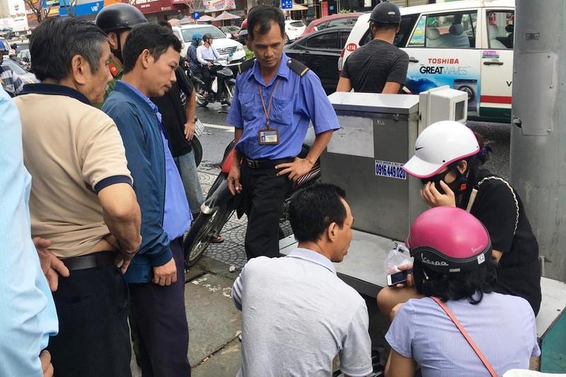 Ô tô tông hàng loạt xe máy chờ đèn đỏ ở trung tâm Đà Nẵng - ảnh 2