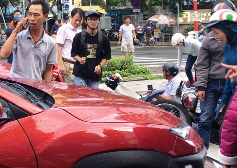 Ô tô tông hàng loạt xe máy chờ đèn đỏ ở trung tâm Đà Nẵng - ảnh 1