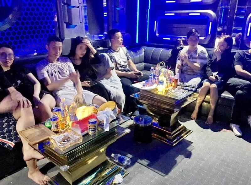 10 người nước ngoài dương tính ma túy trong quán karaoke - ảnh 1