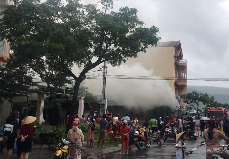 Cháy kèm tiếng nổ lớn trong cửa hàng điện lạnh ở Đà Nẵng - ảnh 1