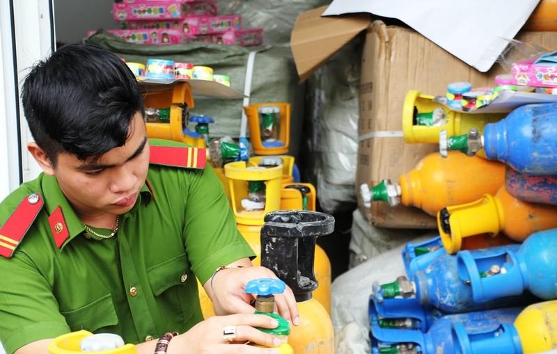 Bắt hơn 1 tấn khí bóng cười trên đường tiêu thụ ở Đà Nẵng - ảnh 1