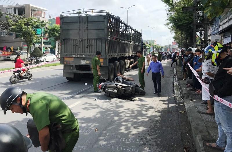 Xe đầu kéo bấm còi làm người phụ nữ ngã xe tử vong - ảnh 1