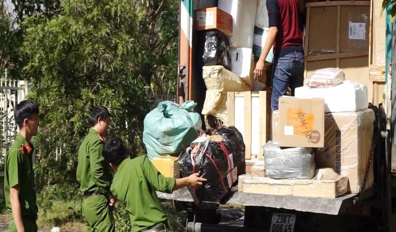 CSGT giữ 2 xe chở bưu phẩm vì nghi vận chuyển hàng lậu - ảnh 1