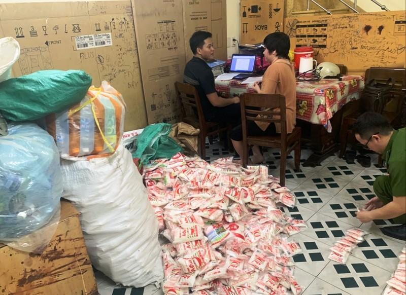 Bắt giữ 1 phụ nữ làm giả hạt nêm, bột ngọt giả ở Đà Nẵng - ảnh 1