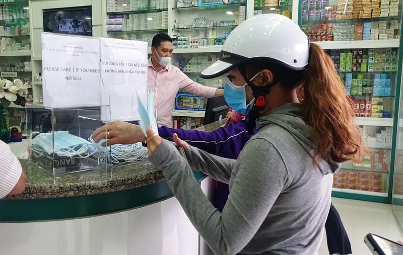 Hàng loạt cửa hàng ở Đà Nẵng phát khẩu trang miễn phí - ảnh 3