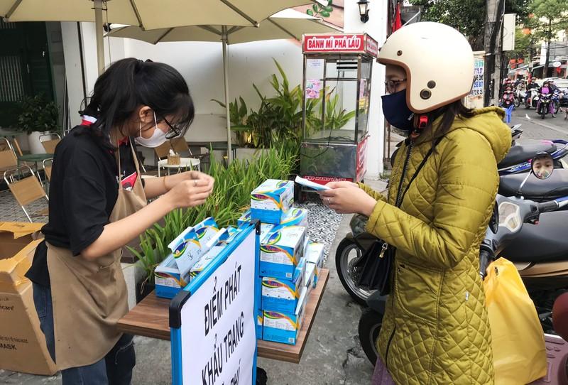 Hàng loạt cửa hàng ở Đà Nẵng phát khẩu trang miễn phí - ảnh 2
