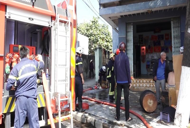 Hàng chục cảnh sát cứu đám cháy nhà do hút thuốc lá - ảnh 1