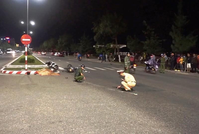 Xe máy chạy tốc độ cao tông tử vong người qua đường - ảnh 1