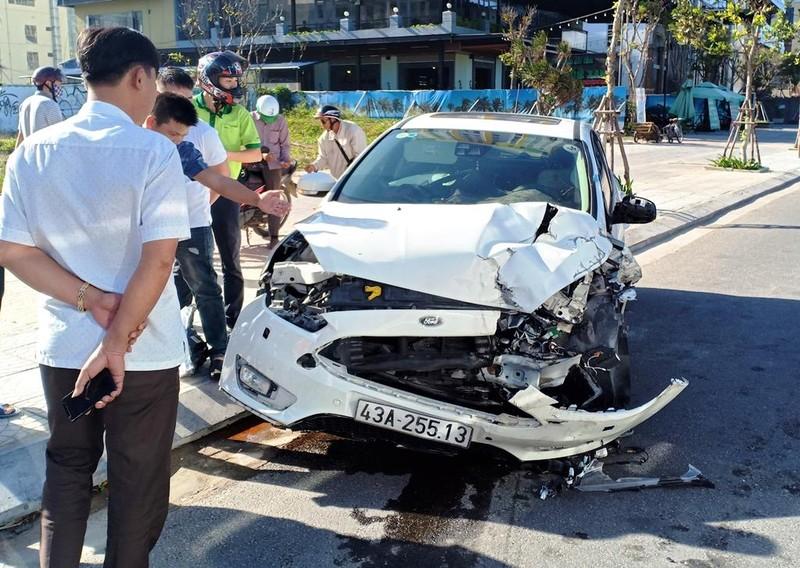 Ô tô mất lái tông vào xe tải, 3 người nguy kịch - ảnh 1