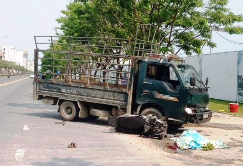 Nữ tài xế lái ô tô tải va chạm người đi xe máy - ảnh 1