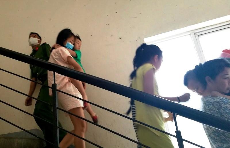 Cháy cầu thang thoát hiểm chung cư, nhiều người tháo chạy - ảnh 1
