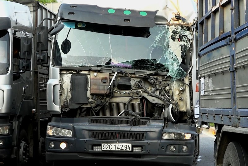 Giải cứu tài xế trong cabin sau cú tông vào ô tô chờ đèn đỏ - ảnh 1
