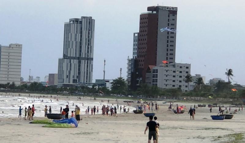 Đà Nẵng phạt 9 người đi dạo bãi biển không đeo khẩu trang - ảnh 1