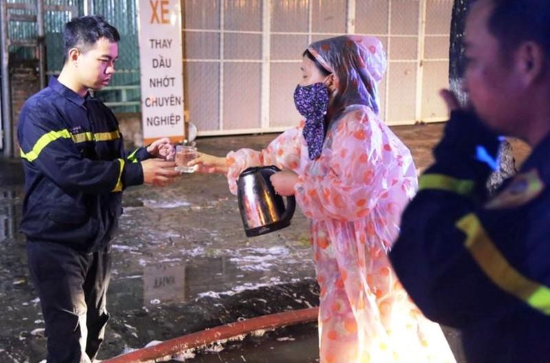 Cảnh sát PCCC Đà Nẵng dầm mưa dập lửa xuyên đêm - ảnh 4