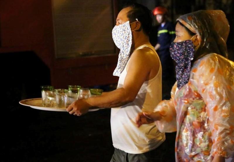 Cảnh sát PCCC Đà Nẵng dầm mưa dập lửa xuyên đêm - ảnh 3