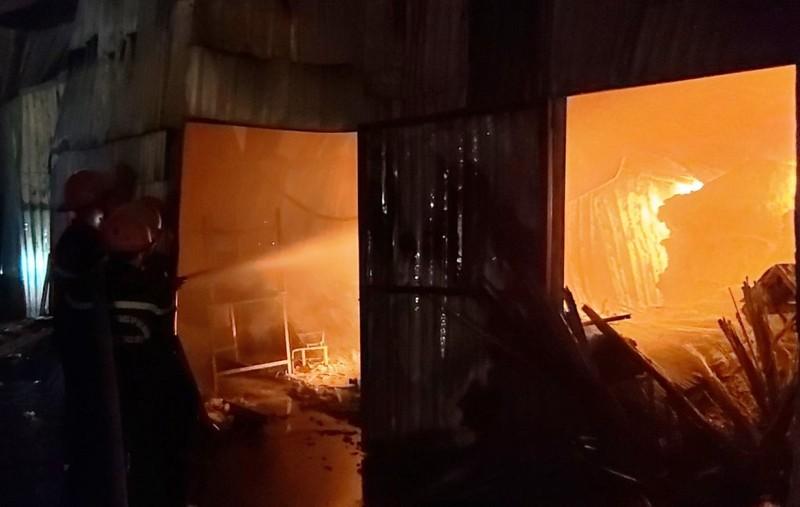 Cảnh sát PCCC Đà Nẵng dầm mưa dập lửa xuyên đêm - ảnh 2
