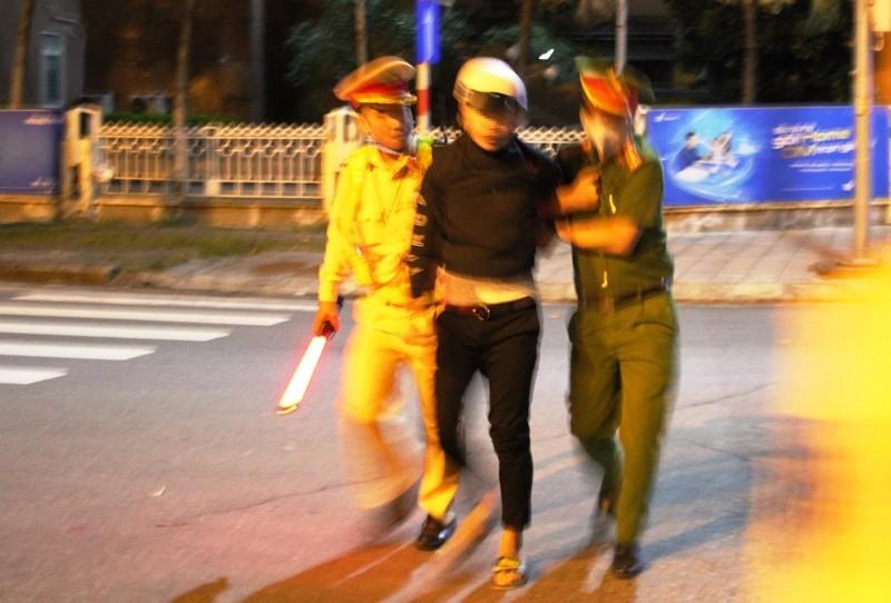 Đà Nẵng: Nam thanh niên lao thẳng xe vào cảnh sát giao thông  - ảnh 1