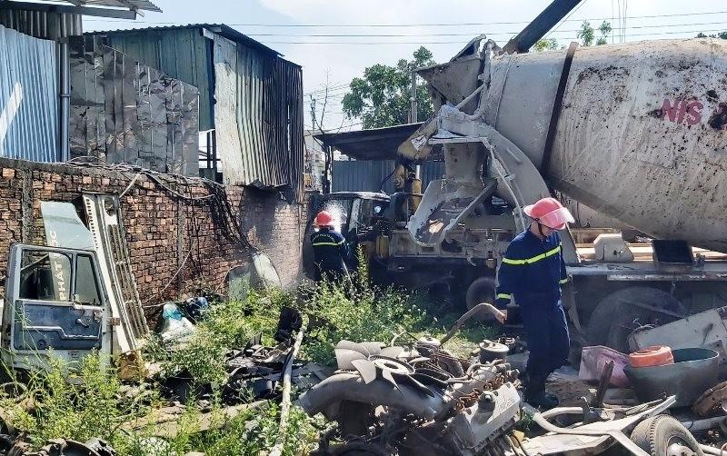 Hỏa hoạn thiêu rụi cả ô tô tải cẩu ở bãi phế liệu - ảnh 1