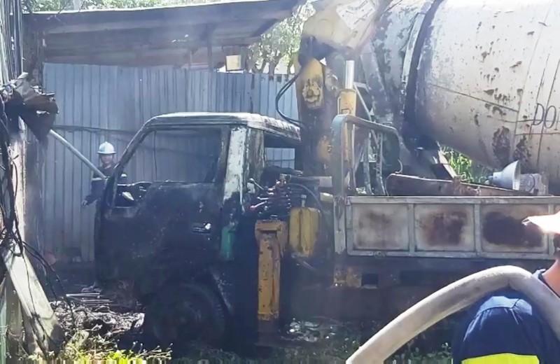 Hỏa hoạn thiêu rụi cả ô tô tải cẩu ở bãi phế liệu - ảnh 2